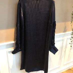 Smuk kjole i mørkeblå med fine flæsedetaljer og struktur i stoffet. Almindelig i størrelsen.  Mindstepris 200,- pp. Bud herunder ignoreres!  BYTTER IKKE!