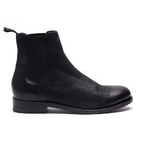 Varetype: Støvler Farve: Sort Oprindelig købspris: 2800 kr.  Lækker helt ny Chelsea støvle fra the last conspiracy. Str 40. Som ny. Brugt 3 gange.