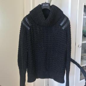Varetype: Bluse Farve: Sort Oprindelig købspris: 1800 kr. Kvittering haves.  Super lækker bluse som jeg sælger da jeg skal have ryddet lidt ud i mit tøj.   Nypris: 238 euro (1.800,-)