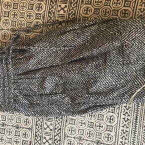 Fine bukser der har elastik i taljen og lille lynlås foran. Str 3 ca str 38-40. Sender med Dao på købers regning