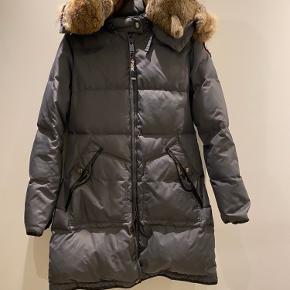 Dejlig varm jakke, i str. L. Lidt slitage, som også fremgår på billederne.