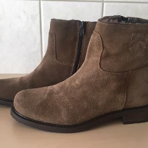 Super lækre støvletter fra Apair, i indvendig lynlås og med lunt foer.  Skridsikre såle og hæle.  Købspris 2299,-