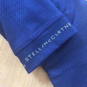 De fedeste 3/4 lange tights fra Adidas Stella McCartney i en lækker blå farve - vil sige, det er mørk kobolt, afhængigt af lyset. Aldrig brugt