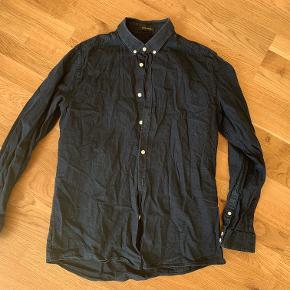 Navyblå skjorte af mærket Samsøe & Samsøe i str. XL. Skjorten er brugt, men fremstår i god stand. Fragt er som udgangspunkt ikke inkluderet i prisen.  Jeg har lige nu et stort udvalg af tøj til salg. Hvis du er interesseret i at købe flere ting fra mig, så er jeg åben for at lave en god deal.