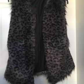 Grå fake fur vest med foer og leopard look. Brugt få gange men i fin stand. Der medfølger et sort bindebælte.
