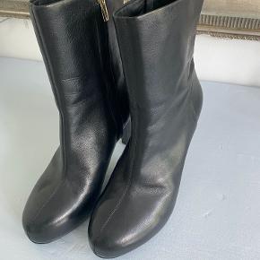 Rigtige fine støvler. De har været brugt 1 aften og står stadig helt skarpt i læderet. Støvlerne har rund snude og lynlås på indersiden.  Kan sendes eller hentes ved Trianglen eller søerne :-)