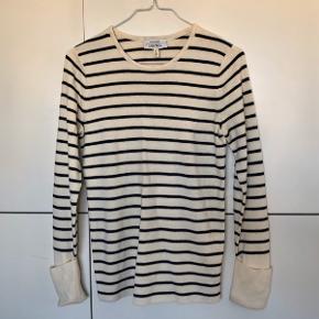 Basic strik i sort og hvid stribet. Lavet i uldblanding. Silkeblød kvalitet.  Nypris 650 kr.