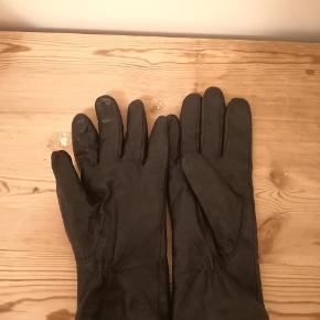 Lækre læderhandsker i blødt fåreskind. Med polyester for. Brugte men i pæn stand.  ▪️Sender gerne/køber betaler porto ▪️Returnerer ikke ▪️Køber betaler ts gebyr
