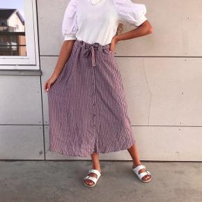 Super smuk retro nederdel med bindebånd 🌸💗  ( blusen er også til salg, tjek tidligere annonce )
