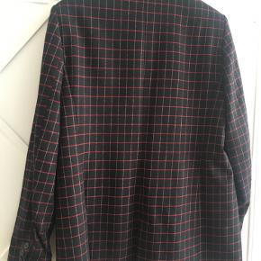 Fin uldblazer fra Zara, sort med røde tern, fejler intet.