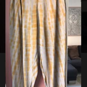 Virkeligt smukke og lækre bukser, der er købt her på ts som brugt én gang. Gode som nye. Jeg er 178 cm høj, og jeg synes desværre, at de er for korte til mig. 😊