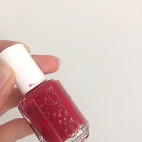 Essie rød neglelak. Lidt under halvdelen tilbage. Flot farve