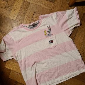 Mega sød T-shirt af Mærket Tommy Hilfiger, speciel model med temaet Loony Tunes.   T-shirten er kun blevet prøvet på og blevet vasket, ellers har den bare lagt I skuffen indtil nu.   Nypris: 450 kr. Sælges for: 155 kr.