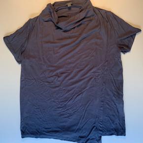 T-shirt fra COS i marineblå / har et ekstra lag fortil (se billede to hvor det er lagt tilbage)