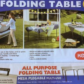Perugia XXL campingbord. Solidt bord i stål og UV-beskyttet plast. Let sammenklappeligt for praktisk opbevaring. b 75 x l 182 x H 72 cm opslået. Integreret bære-håndtag som kan skjules når bordet er slået op. Er meget nemt at slå op og meget stabilt (ikke som de lette, tynde campingborde). Det er kun brugt 1 gang indendørs som ekstrabord med dug på og har herefter stået klappet sammen med plastik om. Jeg kommer ikke til at bruge det mere så derfor sælges det.