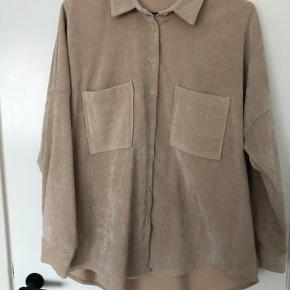 Fin skjorte fra zara. Den er kun brugt få gange og sælges så den forhåbentlig kan blive brugt lidt mere af en anden.  Har du spørgsmål til skjorten, så spørg endelig 😉
