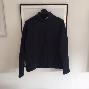 Fin mørkeblå sweater fra envii, str. Er ikke oplyst men vil sige det et en S/M