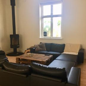 Sælger vores 2 sofaer. Perfekt til en stor stue. Sælges helst samlet. Byd