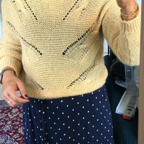 Helt ny 2nd Day sweater. Sart varm gul farve, ser brunlig ud på billederne, men den er altså gul. Farven er faktisk som den ser ud på billedet, hvor jeg har den på.   32% kidmohair 28% uld 40% nylon  Str. XS, men kan sagtens bruges af str. s og m