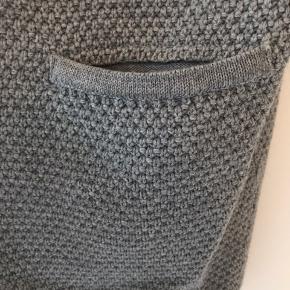Den dejligste cardigan fra Sibin Linnebjerg med 3/4 ærmer i en smuk grå. Trøjen er ikke brugt meget og fremstår som ny. Længde er 82 cm og ærmerne 29 cm. Brystvidden er 60 x 2. Superfin både nu og senere🌸 Bytter ikke.