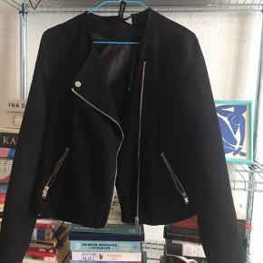 Overgangsjakke i suede fra H&M, størrelse 38 men fitter lidt mindre
