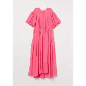 Fantastisk kjole af en pink drøm fra H&M 💕. Str s. Ny pris 499,-. Har kun haft den på én gang, så standen er som ny. Der er en underkjole med i jersey. Den har v-udskæring og justerbare stropper. Smukke detaljer og falder smukt på.  #trendsalesfund