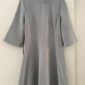 Super sød, lyseblå kjole, med slis op i trekvart ærmet. Fra zara. Kun prøvet på, dog uden mærke😊
