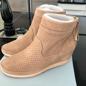 Shoe The Bear Emmy Wedge i farven nude (str. 38). Aldrig brugt, helt nye. Købt i oktober 2017. Kvittering haves. Kan afhentes i Gørløse eller Smørum. Sender også gerne forsikret til gældende kurérpriser.