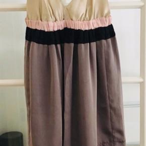 Smuk kjole - brugt en enkelt gang til bryllup.   Kan sagtens bruges af str. M