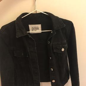 Denim jakke i sort.