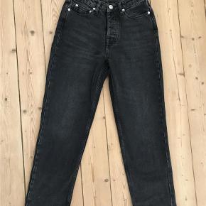 """Varetype: Højtaljede jeans Størrelse: 24""""/32"""" Farve: Sort Oprindelig købspris: 800 kr.  Højtaljede jeans med lige og cropped ben. Model: Marianne Jean 9417 Størrelse: 24""""/32"""" Farven hedder """"storm"""" og er en vasket sort.  Sælges, fordi de er et nummer for små.  Fra Samsøe & Samsøe hjemmeside: """"Created from a pure 100% cotton denim these straight leg jeans are cut with a cropped leg length and a higher waistline. The dark wash will give an update to your denim selection""""."""