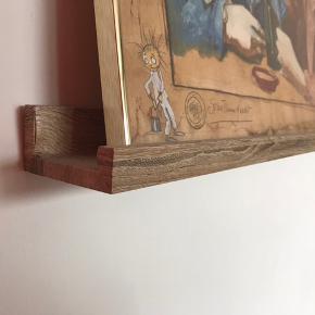 Billedhylde / gallerihylde. 2 stk á 1 meter. Købt i Ilva for cirka 1,5 år siden. Beklædt med folie i egetræs look. 100kr for begge