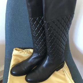 Varetype: Støvler Farve: Sort Oprindelig købspris: 2200 kr. FLYTTESALG ALT SKAL VÆK! Helt nye super lækre støvler. Med såler under. Flere billeder kan sendes.