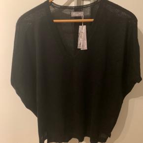 Smuk smuk tynd vest fra misty May i uld og silke  Aldrig brugt og stadig med prismærke  Desværre ikke lige mig alligevel.   Nypris 1499, sælges for 750 pp