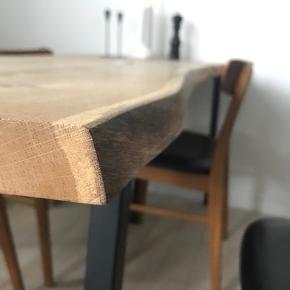 Plankebord i eg. Hay loop stand ben, i sort.   Fantastisk lækkert bord, med plads til 2-3 på hver langside og en for hver bordende. Har bevaret træets naturlige form.  Smid et bud ☀️