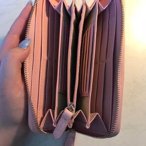 Købt i slutningen af Juli, velholdt og fejler intet. Har alt tilbehør Der er plads til mange kort, mønter og sedler.