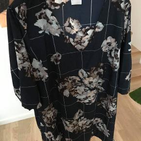 Blomstret kjole. Brystmål: 140 cm.