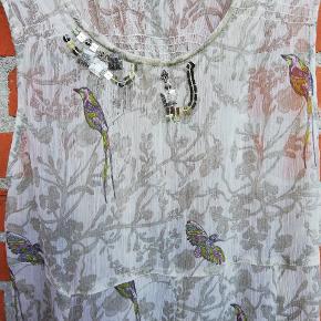 Flot let transparent sommerkjole str. M fra Dedicated by Chacha  🌞 Ved køb af flere ting. Skriv til mig inden du vælger køb nu. Så samler jeg det sammen i en pakke og en porto 🌞  B44