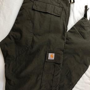 Carhartt bukser, ALDRIG brugt. W36, L34. Nypris 850 kr, der er stadig prismærke i. BYD. Afhentes i Odense.