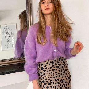 Smukkeste silke nederdel med elastik kant. Den er brugt meget og har tegn på slid ved elastik kanten (kan dog syes sammen nemt og blive bedre end nu). Alt i alt har den mange år i sig endnu og i fin stand🤗  OBS, se flere billeder i kommentarfeltet!