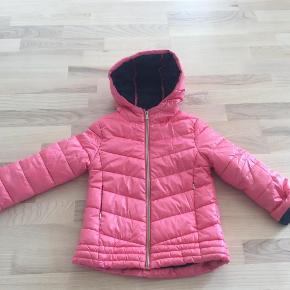 Varetype: Overgangsjakke pige Farve: Rosa og mørkeblå Oprindelig købspris: 300 kr. Prisen angivet er inklusiv forsendelse.  Via mobilepay og DAO- se også mine andre annoncer i samme str :o)
