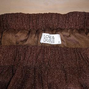 Varetype: Maxi Farve: Brun med svag glimmer-effekt  Prisen angivet er inklusiv forsendelse.  Lækker Maxi-nederdel, der er brugt 2 gange. Rigtig fin stand😊 Passer str 36/38