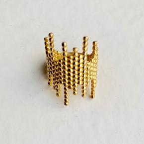 1 x Maria Black De-Con ring i guldbelagt Sterling sølv. Størrelse 55,5  Jeg bytter ikke.