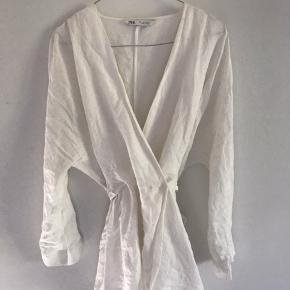 Virkelig flot hør wrap skjorte. Kan både bindes foran og bagved og lukkes med knapper indvendigt. Brugt få gange.