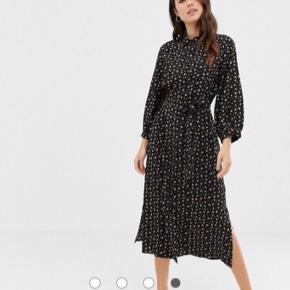 Skjortekjole fra Fashion Union i str 40. Det fremgår ikke så tydeligt af billedet, at blomsterne på kjolen er i forsk. farver.