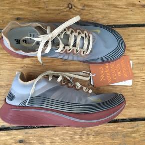 Nike Zoom Fly Cloth Trainers  Str 40, men passes af en str 38!   Unikke løbesko - købt for små på vestiare collective stadig m. tag.   Nypris 2000 - 2200 DKK