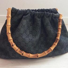 Sælger denne skønne Gucci taske som er købt vintage i Trois Pommes for 4000kr 💛 Eftersom den er købt vintage, så har jeg ingen kvittering, dog sælger Pommes kun ægte varer, og de vil kunne garantere ægteheden :) Bemærk slitage i hjørnerne i bunden af tasken. Endvidere er der også små revner i bambussen, dette ka dog ikke undgåes, nu hvor det som sagt også er en vintage taske. Det har alt i alt ikke nogen reel betydning, synes jeg - giver kun charme.