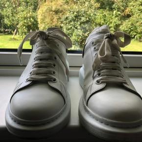 Super lækre sneakers fra Alexander McQueen. Nok de lækreste sko, kvalitetsmæssigt, jeg nogensinde har haft. De fitter en del større omkring 43-43,5. De er brugt en håndfuld gange og står derfor også i en meget fin stand.  Selve skoæsken er ikke i den bedste stand. Den tidligere ejer af skoene påstår at skoene blev sendt sådan af den originale retailbutik.  Kvittering kan fremvises hvis køber ønsker det, men skoene er 100% ægte.  Meetup i Odense, ellers kan de sendes med posten, på købers regning.  Hvis du har nogle spørgsmål eller er generelt interesseret, så skriv en DM til mig :)