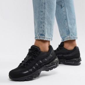 """Sælger disse Nike Air Max 95 i sort. De er købt brugt herinde, men har ikke selv fået dem brugt. De er gået op i syningen (se billede 4) ca 2 cm og har også et mindre """"hul"""" bagpå (se billede 5). Begge dele kan syes ☺️ Sælges derfor billigt - kom med et bud!"""