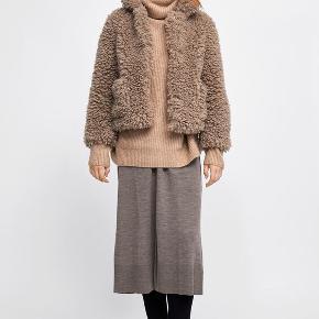 Skønneste, lune vamsede bamsejakke fra Zara, den er købt i en XL, så den fik et lidt mere oversized og hyggeligt look. Ingen brugsspor eller tegn på slid!